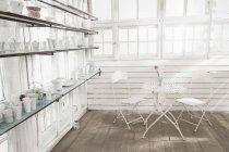 Порцелянові вази на полиці в скляному будинку — стокове фото