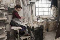 Жіночий Поттер лиття глини в майстерні — стокове фото