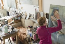 Woman painting in art studio — Stock Photo