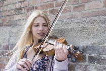 Teenage girl playing violin — Stock Photo