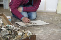 Artiste féminine en croquis — Photo de stock