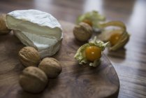 Две половины сыра и грецких орехов — стоковое фото
