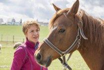 Женщина смотрит на своего коня — стоковое фото