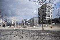 Детская площадка в окружении современных зданий — стоковое фото
