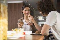Paare, Frühstück am Esstisch — Stockfoto
