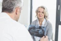Доктор обсуждают лечение с пациентом — стоковое фото