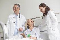 Arztbesuch im Krankenhaus — Stockfoto