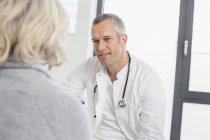 Доктор, слушая пациента — стоковое фото