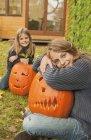 Сестри з Хеллоуїн гарбуз ліхтарі — стокове фото