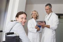 Patientin im Rollstuhl — Stockfoto