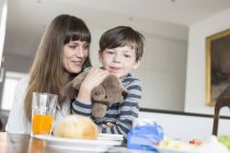 Madre e figlio al tavolo della colazione — Foto stock