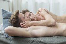 Couple homosexuel endormi — Photo de stock