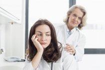 Femme médecin collègue consolante — Photo de stock