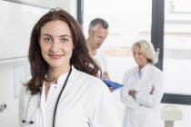 Medici discutendo record del paziente — Foto stock