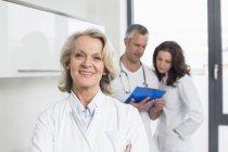 Врачи обсуждают пациента запись — стоковое фото