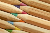 Buntstifte hintereinander platziert — Stockfoto