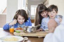 Kinder essen Nudeln — Stockfoto