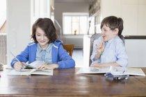 Mädchen und Jungen gemeinsam Hausaufgaben — Stockfoto