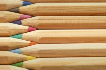 Барвисті олівці, поміщені в рядку — стокове фото