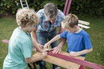 Батька і сини, робота з деревини — Stock Photo