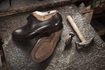 Par de sapatos de couro na loja do sapateiro — Fotografia de Stock