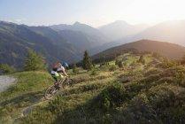 Vélo de montagne à cheval sur la montée en alpine — Photo de stock