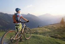 Mountainbiker stehen in alpiner Landschaft — Stockfoto