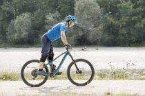 Человек на горном велосипеде — стоковое фото