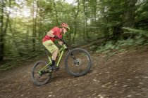 Катание на горных велосипедах — стоковое фото