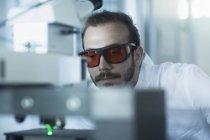 Учёный, работающий в области технологий — стоковое фото
