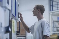 Работник магазина работает на складе — стоковое фото