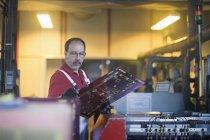Инженер осматривает схему — стоковое фото