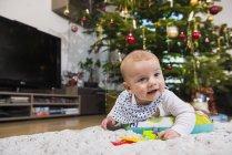 Baby liegend auf Teppich — Stockfoto