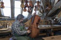 Ремесленник крепления скрипка — стоковое фото