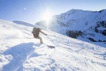 Людина, що лижного спорту на снігу — стокове фото