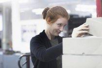 Arbeitnehmerin Öffnung Box gehalten an der Spitze — Stockfoto