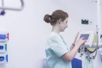 Nurse operating medical equipment — Stock Photo