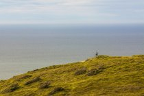 Mountain biker admiring seascape — Stock Photo