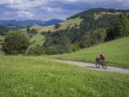 Людина велосипед їзда на дорозі — стокове фото