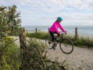 Жінка їде на велосипеді — стокове фото