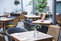 Mesas e cadeiras no restaurante ao ar livre — Fotografia de Stock