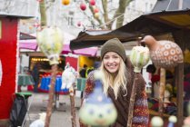 Mujer de pie en el mercado de Navidad - foto de stock