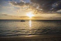 Bateau de pêche en mer au coucher du soleil — Photo de stock