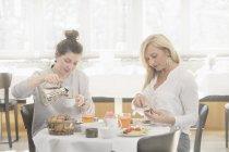 Duas mulheres tomando café da manhã no hotel — Fotografia de Stock