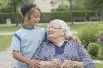 Старшие женщины на коляске с внуком в доме отдыха Парк — стоковое фото