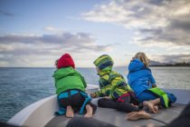Children admiring seascape from boat — Stock Photo
