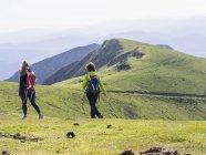 Жінок на пішохідний тур на Ganekogorta горі — стокове фото