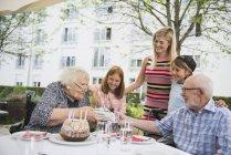Старший пара з подарунок на день народження в обідній стіл — стокове фото