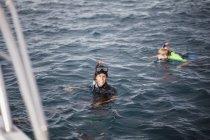 Couple de snorkeling dans l'océan Indien — Photo de stock