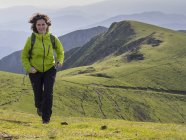 Mulher em passeio de caminhada na montanha Ganekogorta — Fotografia de Stock